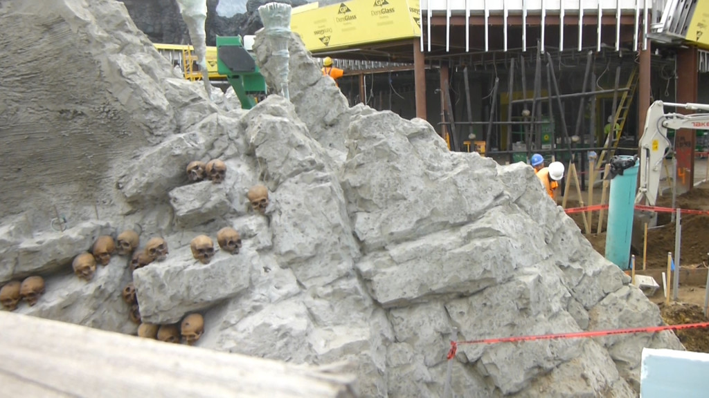 Human skulls added along base of Kong entry arch. Other skulls can be seen on spears throughout area