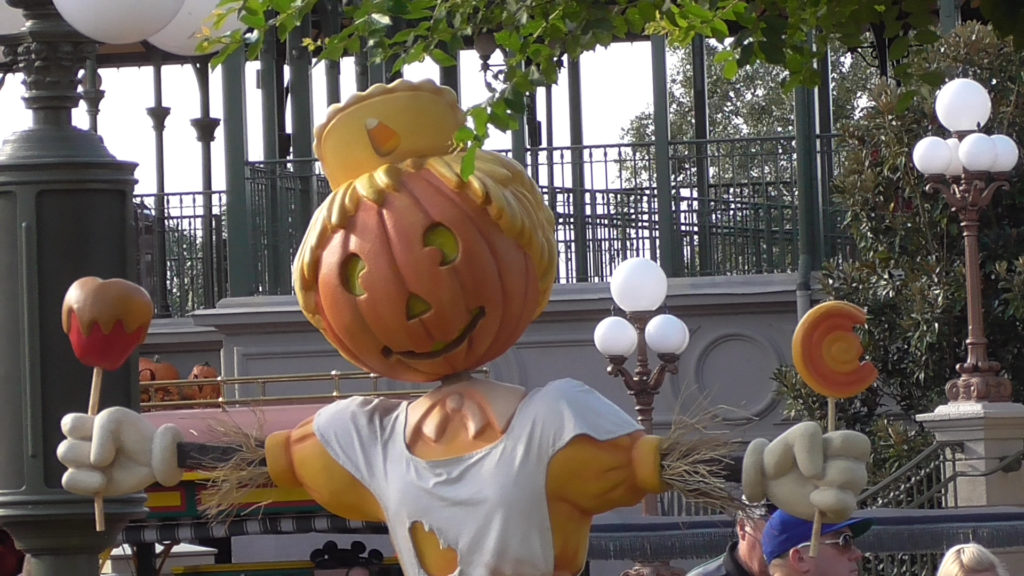 Mmmm, candy apples served by sentient pumpkin-headed scarecrows! My favorite.
