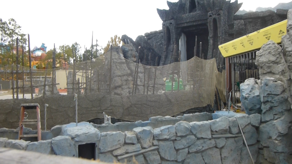 Outdoor ride path in background, Kong face entry archway on right. Looks like planters built-in to block queue from entry