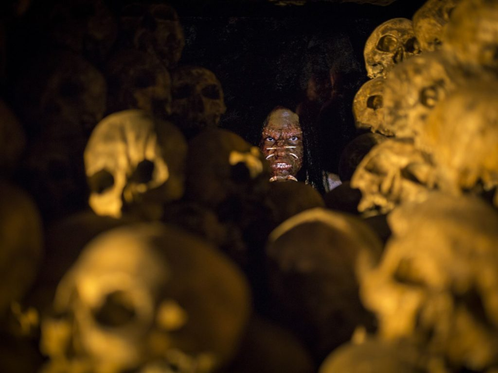 Among the piles of skulls a very lifelike native is peeking out. Better yet, actors dressed as not-so-friendly natives pop out from dark corners to scare the beejeebees out of you, Halloween-Horror-Nights style.